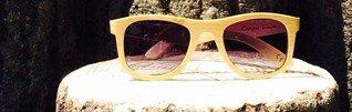 Holzsonnenbrille auf Baumstumpf