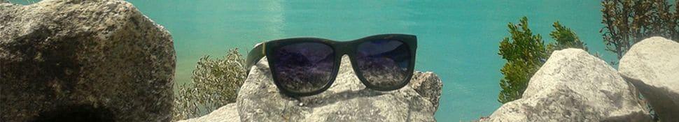 Sonnenbrille aus Holz am See